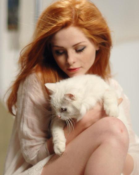 почему кошки мнут волосы